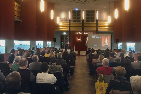Art déco – Buchpräsentation, Pfeilerhalle des Grassimuseums Leipzig, 21. März 2019, Vortrag von Wolfgang Hocquél